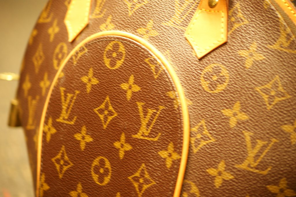 281fcf189652 It can be difficult to find a pawn shop that takes designer handbags. Most  don't know the true value of a Louis Vuitton or Chanel purse.